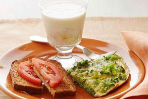 این صبحانه قبل از ساعت 8 صبح باعث کوچک شدن شکمتان می شود